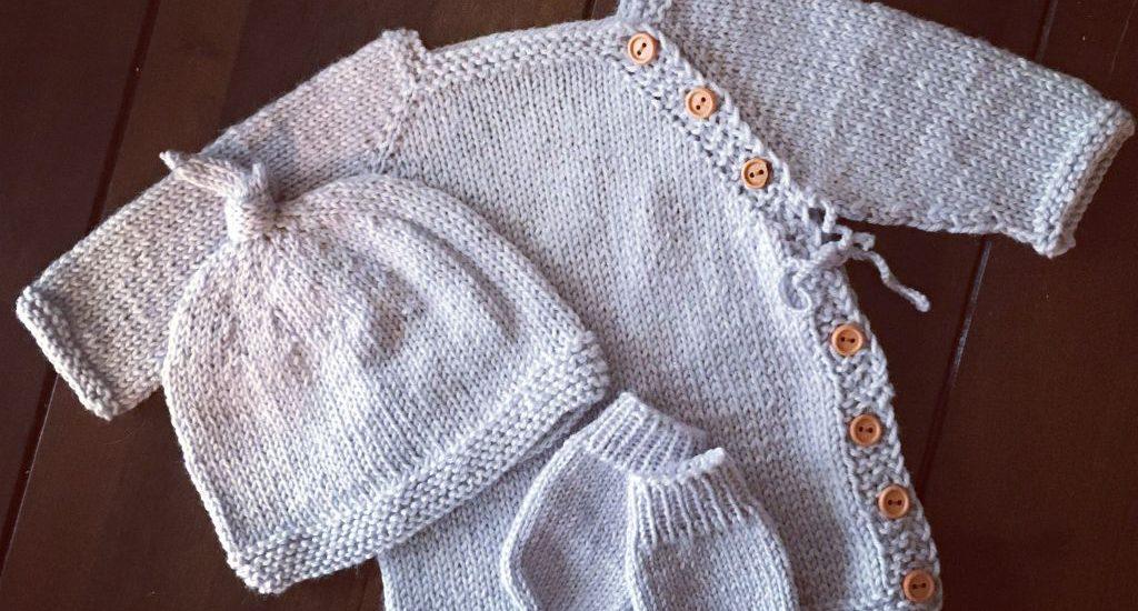 Das ganze Baby-Set: Cardigan, Mütze und Handschuhe.